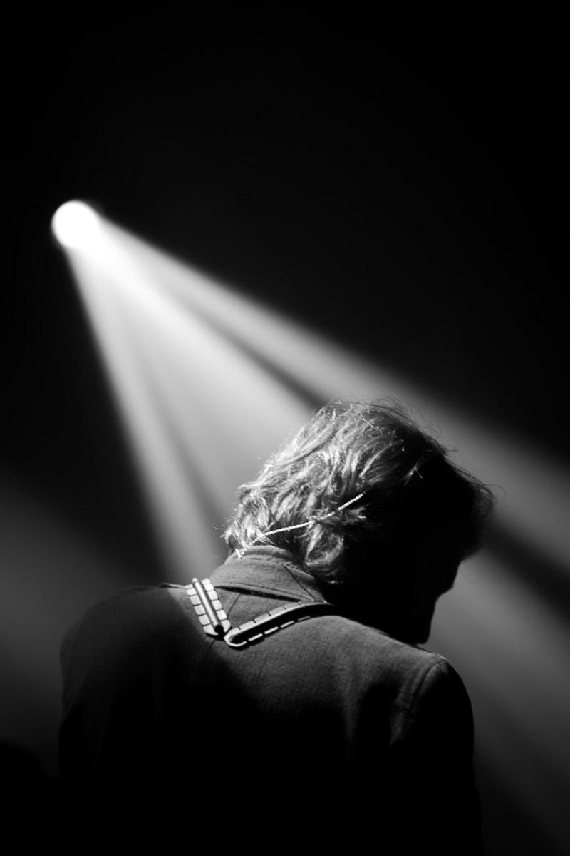 Le musicien Tom Chant entre sur scène
