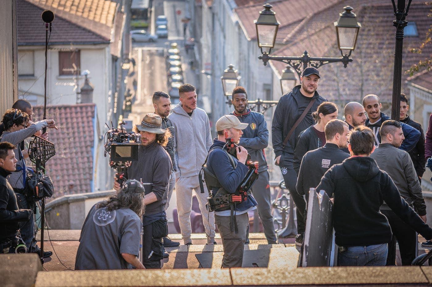 Les acteurs et figurants attendent le tournage