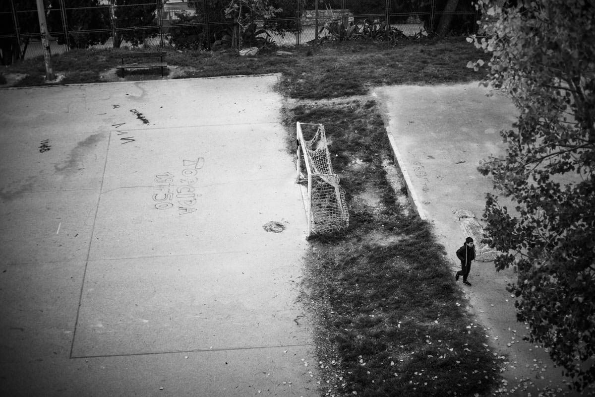 Enfant sur un terrain vague à Split